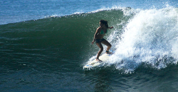 Chica Surfing
